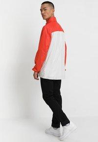 Nike SB - ANORAK PACK HOOD - Windbreaker - vintage coral/light bone/hyper royal - 3