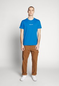 Calvin Klein Jeans - INSTIT CHEST TEE - Print T-shirt - coastal blue - 1