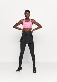 Nike Performance - FUTURA BRA - Sujetadores deportivos con sujeción media - pinksicle/white - 1