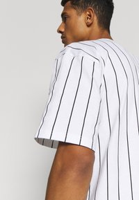 Karl Kani - SIGNATURE PINSTRIPE TEE - Print T-shirt - white/black/red - 5