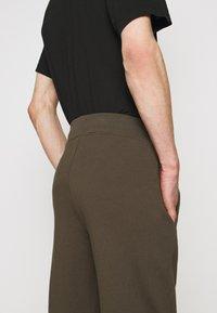 C.P. Company - Teplákové kalhoty - ivy green - 4