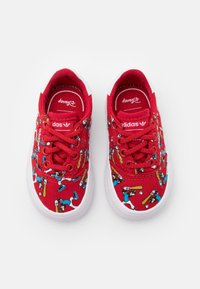 adidas Originals - DISNEY GOOFY 3MC VULCANIZED SHOES UNISEX - Trainers - scarlet/footwear white - 3