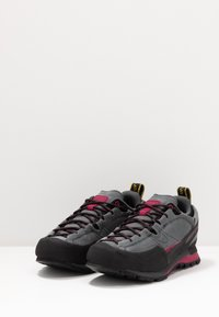 La Sportiva - BOULDER X WOMAN - Hiking shoes - carbon/beet - 2