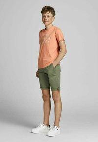 Jack & Jones Junior - T-shirt med print - shell coral - 1