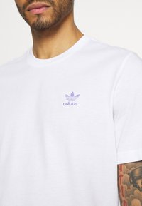 adidas Originals - ESSENTIAL TEE UNISEX - Basic T-shirt - white/light purple - 5