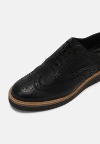 Clarks - BAILLE BROGUE - Šněrovací boty - black - 7