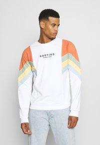 Kaotiko - UNISEX CREW SEATTLE - Sweatshirt - white - 0