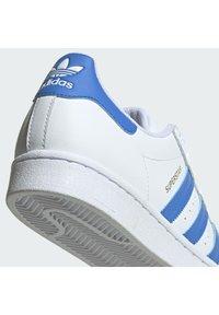 adidas Originals - SUPERSTAR UNISEX - Trainers - ftwr white/true blue/gold met. - 9