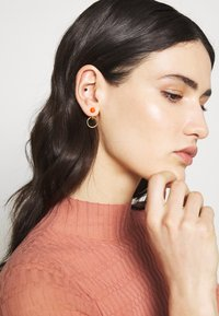 Maria Black - ELVIRA EARRING - Náušnice - gold-coloured/red - 1