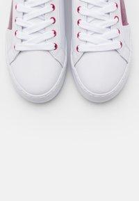 Guess - GALLIE - Joggesko - white/pink - 5