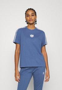 adidas Originals - LOOSE FIT TEE - T-shirts med print - crew blue - 0