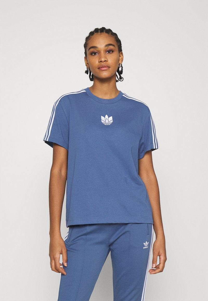 adidas Originals - LOOSE FIT TEE - T-shirts med print - crew blue