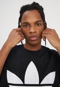 adidas Originals - OVERSIZED TEE - T-Shirt print - black - 4