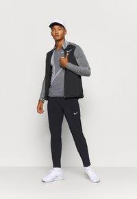 Nike Performance - Chaqueta de deporte - black/reflective silver - 1