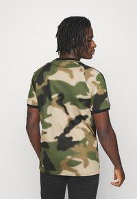 adidas Originals - CAMO CALI - T-shirt con stampa - wild pine/multicolor/black - 2