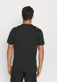 Nike Performance - RISE - Printtipaita - black - 2