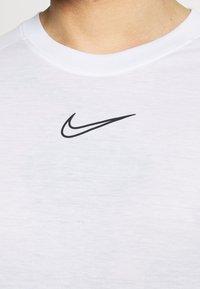 Nike Performance - DRY - Triko spotiskem - white/black - 6