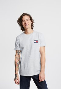 Tommy Jeans - BADGE TEE - Basic T-shirt - grey - 0