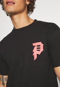 Primitive - SHATTERED TEE - T-shirts print - black - 5