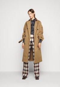 Victoria Victoria Beckham - STRAIGHT TROUSER - Spodnie materiałowe - multi - 1
