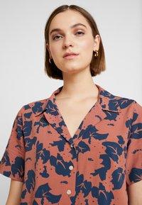 Neuw - MANHATTAN - Button-down blouse - cognac/navy - 4