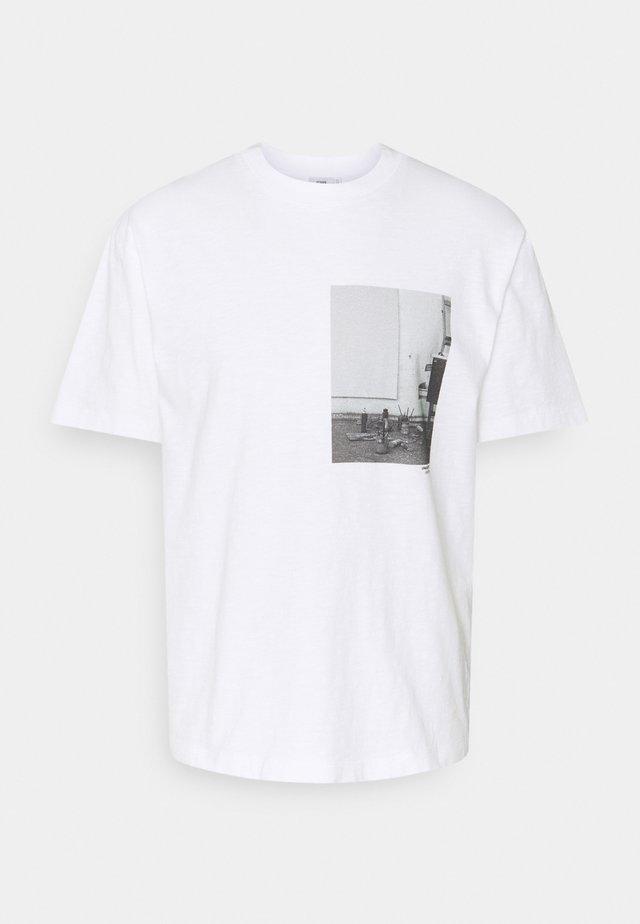 T-shirt imprimé - white/beige