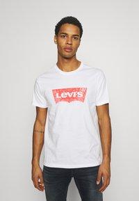 Levi's® - HOUSEMARK GRAPHIC TEE UNISEX - Print T-shirt - white - 0