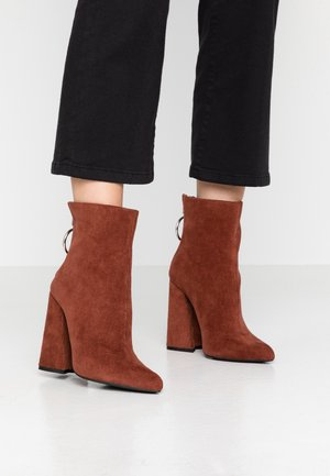 LOLA SKYE LAKE OVERSIZED RING POINT BOOT - Botines de tacón - brown