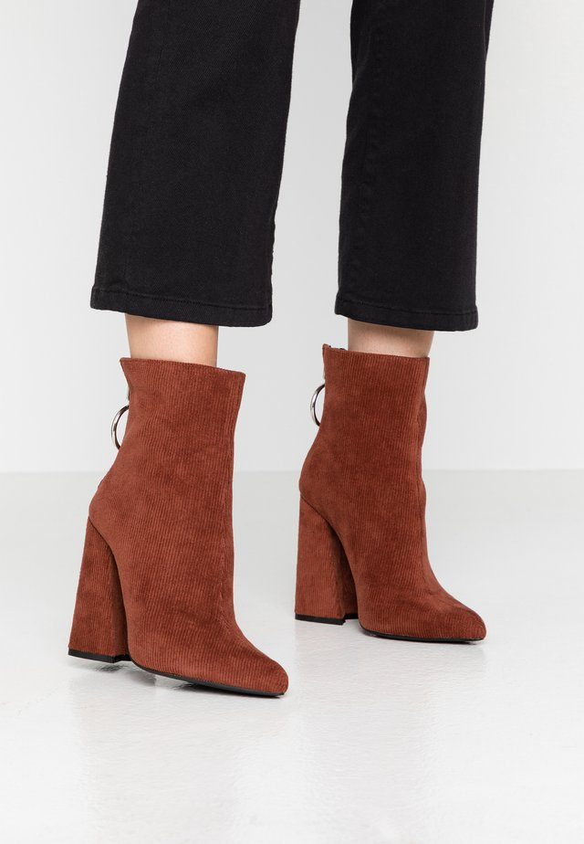 LOLA SKYE LAKE OVERSIZED RING POINT BOOT - High heeled ankle boots - brown