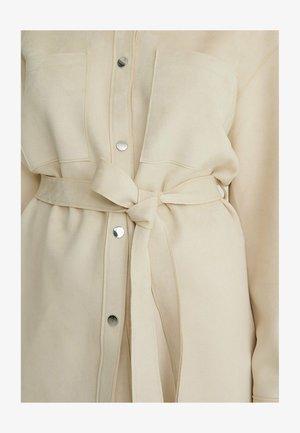 MIT GÜRTEL AUS KUNSTVELOURSLEDER - Short coat - light beige
