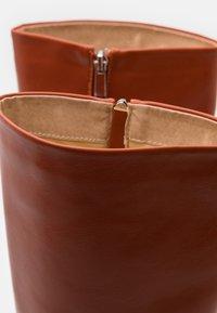 RAID - TYRA - Kozačky na vysokém podpatku - cognac - 5