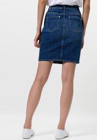 zero - MIT TASCHEN - Denim skirt - dark mid blue wash - 2