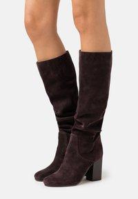 MICHAEL Michael Kors - LEIGH BOOT - Vysoká obuv - chocolate - 0