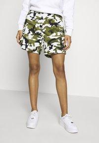 Karl Kani - Shorts - green/white/black/yellow - 0