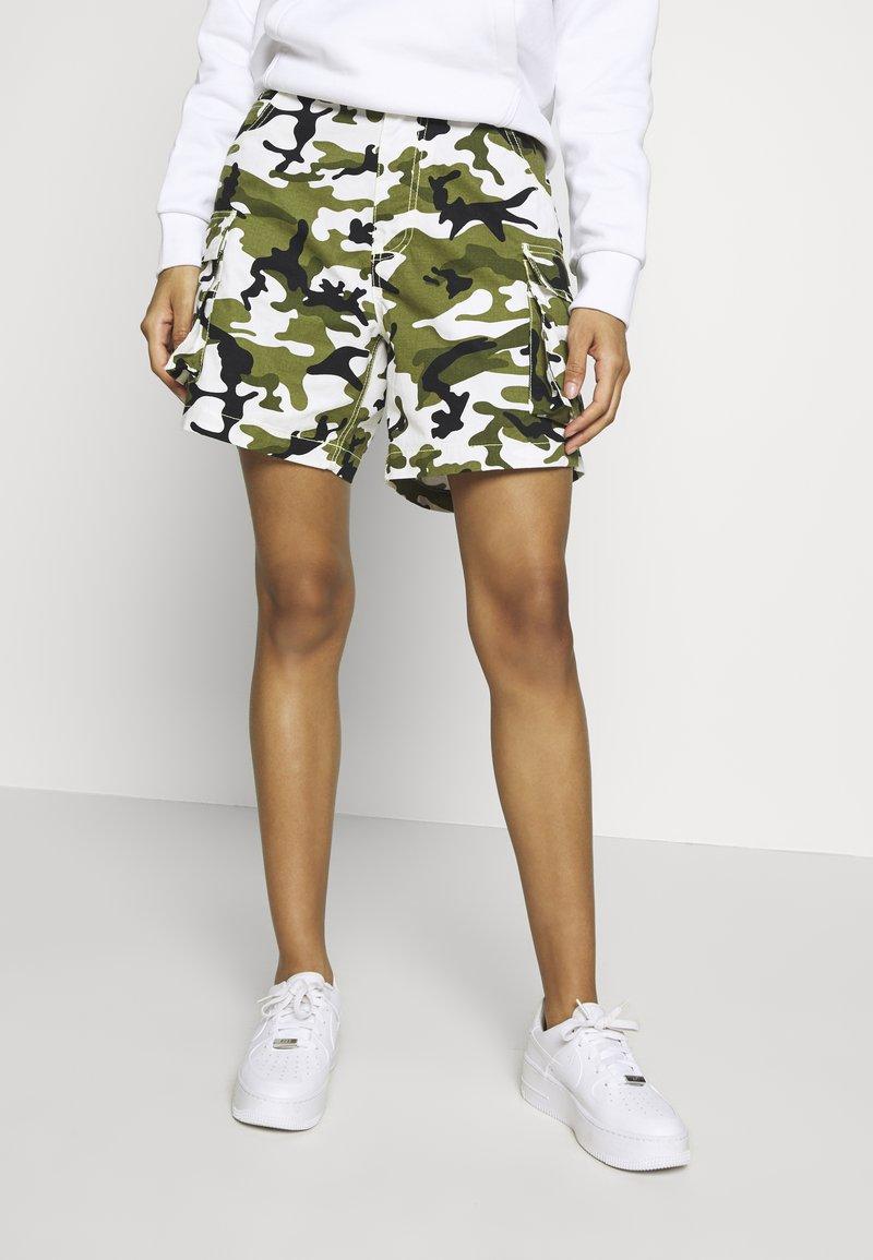 Karl Kani - Shorts - green/white/black/yellow
