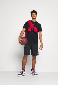 Jordan - AIR CREW - Print T-shirt - black/infrared - 1