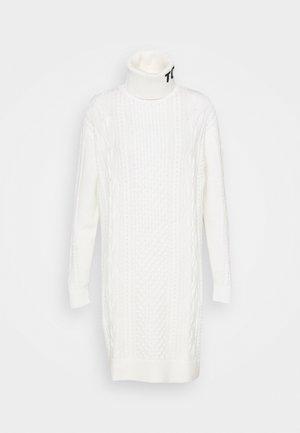 TURTLE NECK DRESS - Strikket kjole - snow white