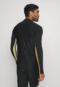 Nike Performance - DRY ACADEMY - Tekninen urheilupaita - black/jersey gold/white - 2
