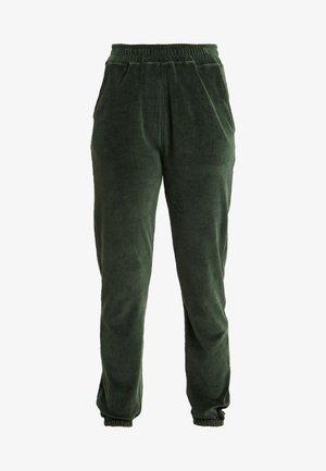 CUFFED JOGGERS - Pantalones deportivos - rain forest