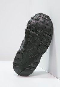 Nike Sportswear - HUARACHE RUN UNISEX - Trainers - black - 4
