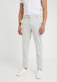 Les Deux - COMO LIGHT SUIT PANTS - Pantaloni eleganti - snow melange - 0