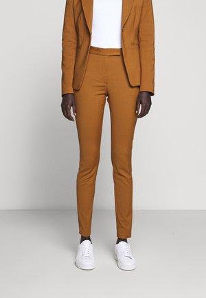 TAIKA - Spodnie materiałowe - dark honey