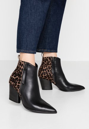 AMBER - Boots à talons - schwarz/camel