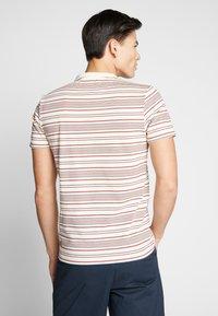 Farah - ROSEDALE TEE - T-shirt z nadrukiem - cream - 2