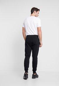 Lyle & Scott - Pantalones deportivos - jet black - 2