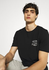 Selected Homme - SLHWALTER O-NECK TEE - Print T-shirt - black - 3