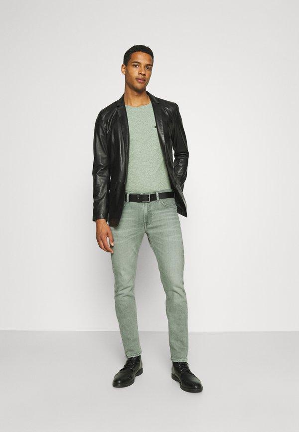 Lee ULTIMATE POCKET TEE - T-shirt z nadrukiem - fairway/zielony Odzież Męska GCAT