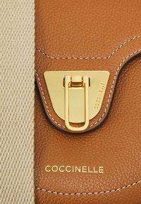Coccinelle - BEAT SELLERIA - Olkalaukku - caramel - 5