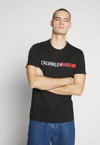 Calvin Klein Jeans - STRIPE INSTITUTIONAL LOGO TEE - Printtipaita - black - 0