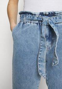 ONLY - ONLJANE PAPERBAG BELT - Relaxed fit jeans - light-blue denim - 6